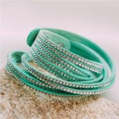 Замшевый зеленый браслет с белыми кристаллами