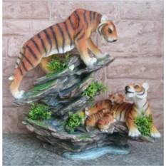 Фонтан с помпой Тигры на скале