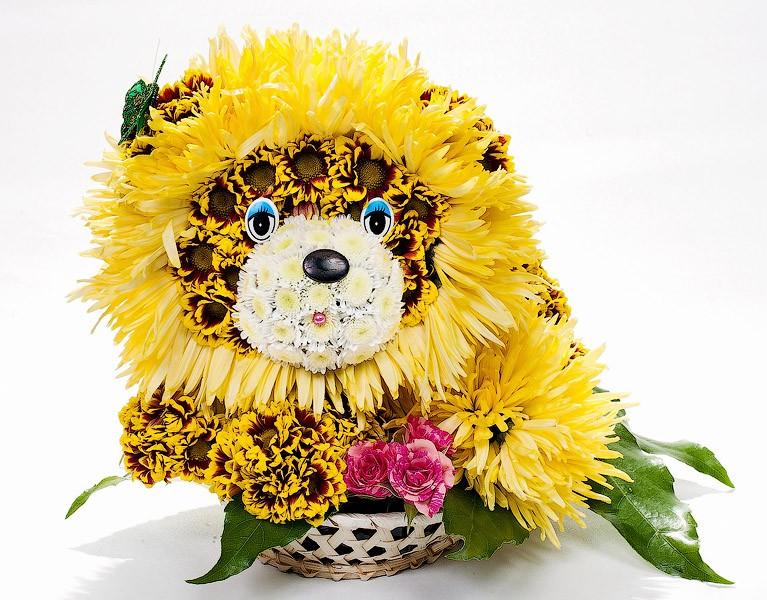 Игрушка из живых цветов Лева