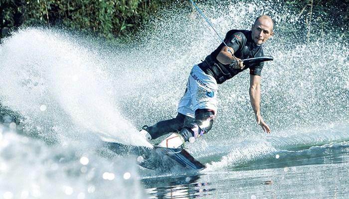 Катание на вейкборде и водных лыжах за катером