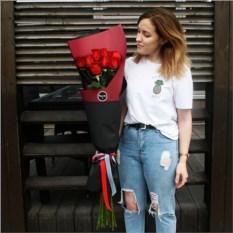 Букет из 9 алых метровых роз в крафте