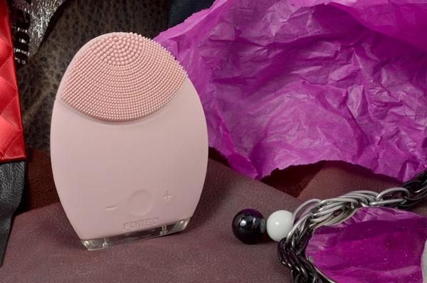 Розовый массажер для очищения лица Foreo Luna