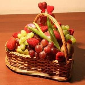 Корзина с фруктами. День Святого Валентина