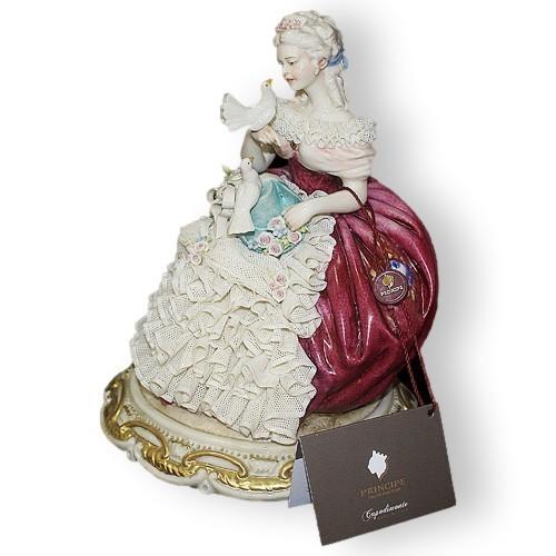 Статуэтка из фарфора Дама с голубями в бордовом платье