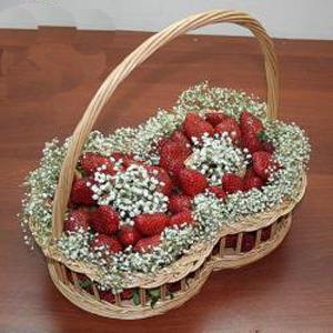 Корзина с фруктами и цветами: 8 Марта