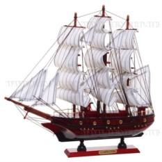 Деревянная модель корабля с белыми парусами
