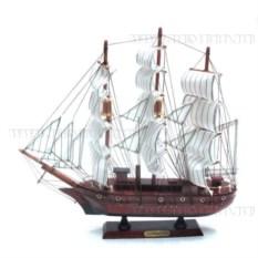 Корабль Confection с белыми парусами в полоску