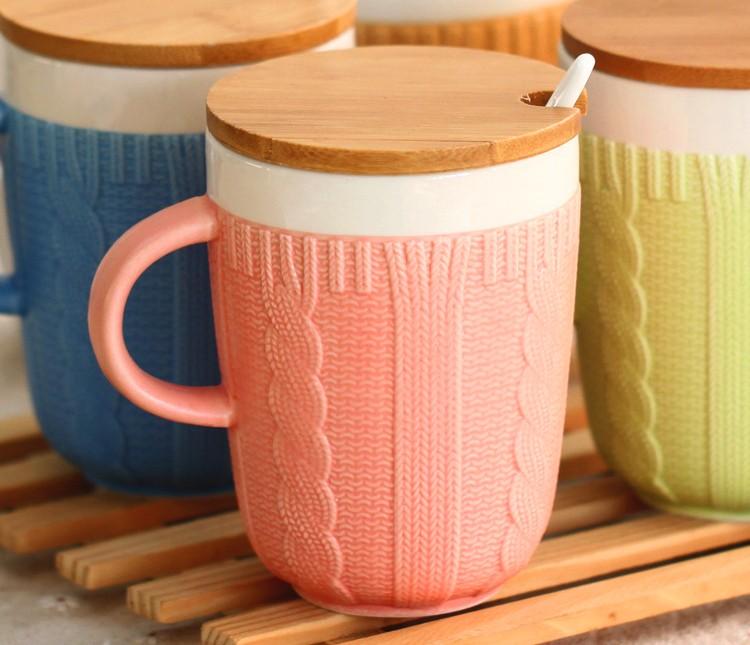 Кружка в свитере с ложкой и деревянной крышкой