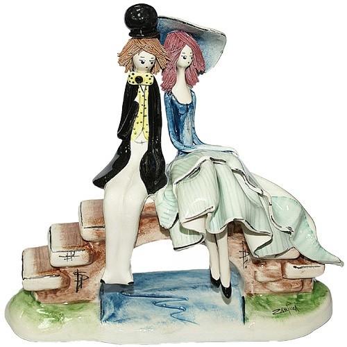 Скульптура из фарфора Влюблённые сидящие на мосту