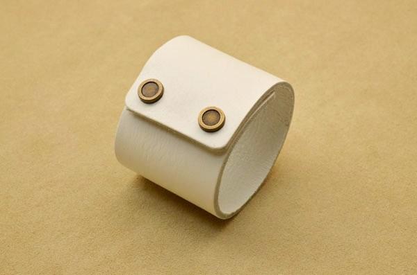 Широкий белый браслет