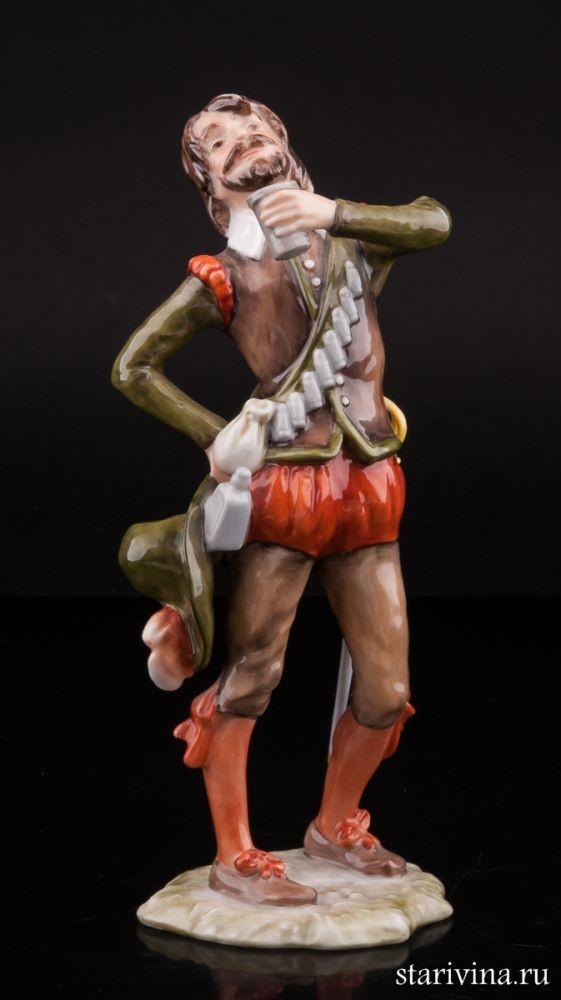 Фарфоровая статуэтка Мушкетер со стаканом вина