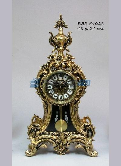 Золотистые часы с кубком и маятником