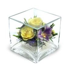 Композиция из натуральных роз и орхидей в квадратной вазе
