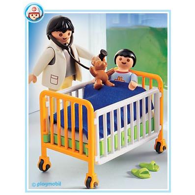 Детский врач с малышом