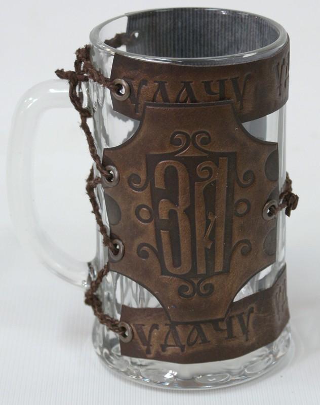 Кружка пивная стеклянная с кожаным декором За удачу!