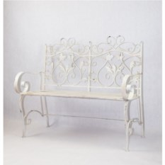 Белая кованая садовая скамья с деревянным сидением
