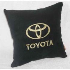 Черная с золотой вышивкой логотипа подушка Toyota