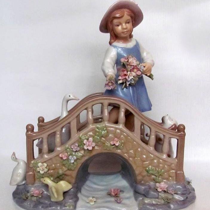 Статуэтка «Девочка на мосту»