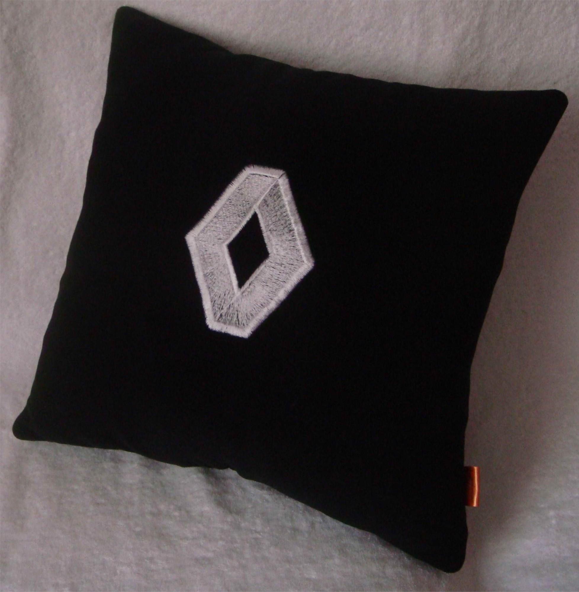 Черная с белой вышивкой подушка Renault
