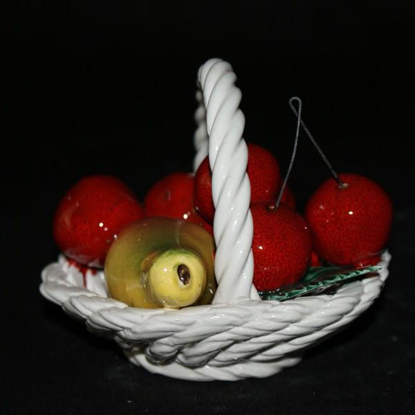 Корзина с фруктами и вишнями