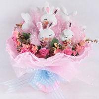 Букет из игрушек Спящие зайки с цветами