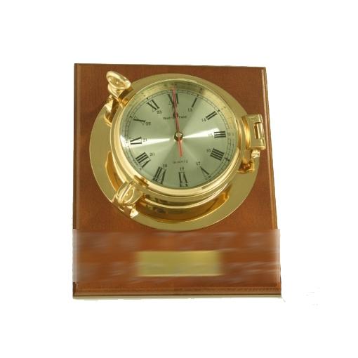 Часы на деревянной подставке