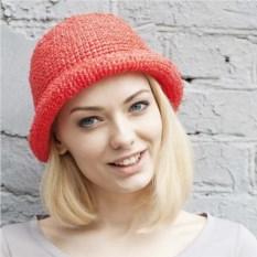 Красная летняя шляпа из рафии