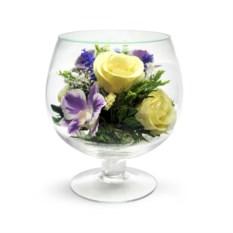 Композиция из роз и орхидей в бокале
