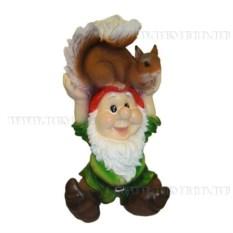 Декоративная садовая фигура Гном с белкой на голове