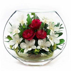 Цветы в стекле. Композиция из натуральных роз и орхидей