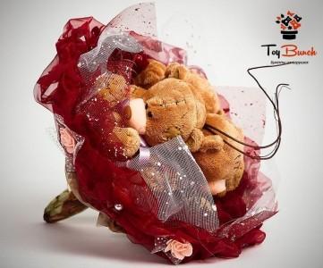 Букет из мягких игрушек (бордовый, три коричневых мишки)