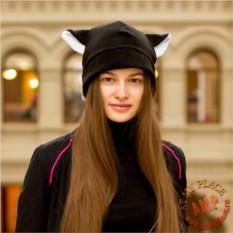 Черная шапка с белыми ушками по бокам