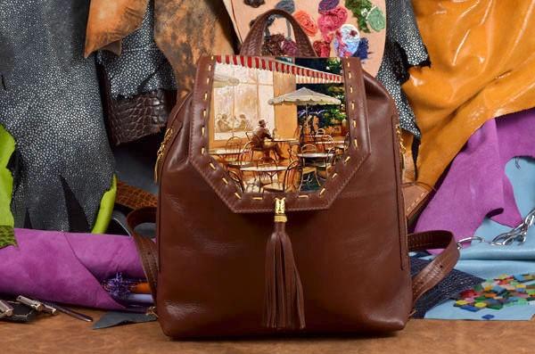 Коричневый кожаный рюкзак с принтом Человек в кафе