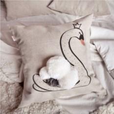 Декоративная подушка Лебедь-Царевна с помпонами