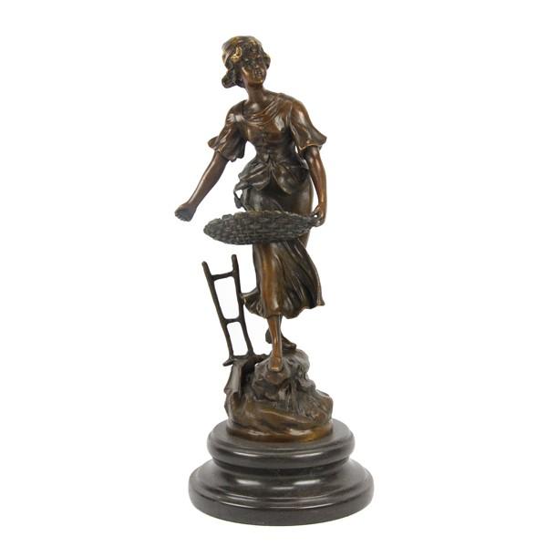 Бронзовая статуэтка Крестьянка