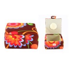 Шкатулка для рукоделия с цветами на коричневом фоне