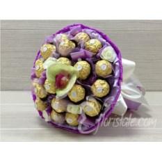 Фиолетовый букет из 21 конфеты Ferrero Rocher и орхидеи