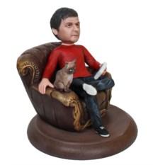 Статуэтка мужчины по фото В кресле с кошкой