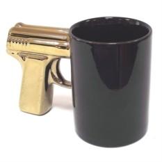 Черная кружка с позолоченной ручкой Пистолет