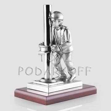 Скульптура  Нефтяник, серебро матовое