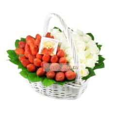 Подарочная корзина из роз и клубники Клубника со сливками