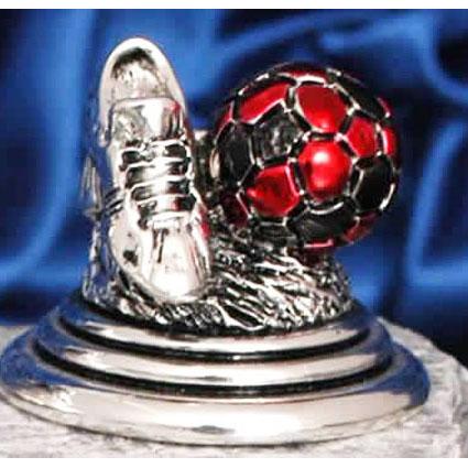 Футбольный трофей с черно-красным мячом