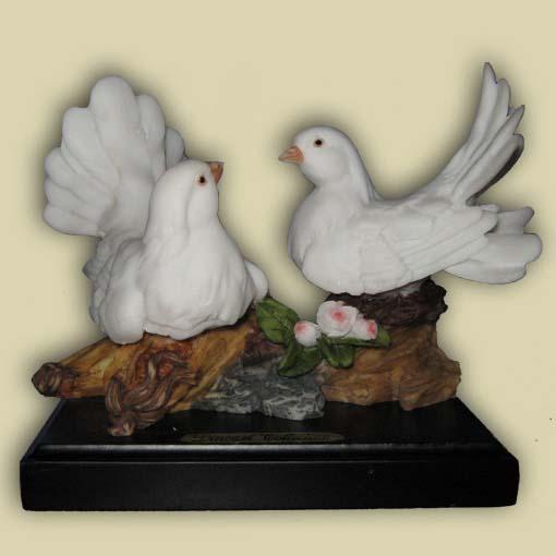 Пара маленьких голубей
