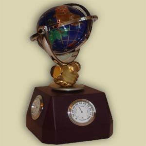 Часы с синим глобусом