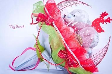 Букет из плюшевых игрушек (красный, три серых мишки)