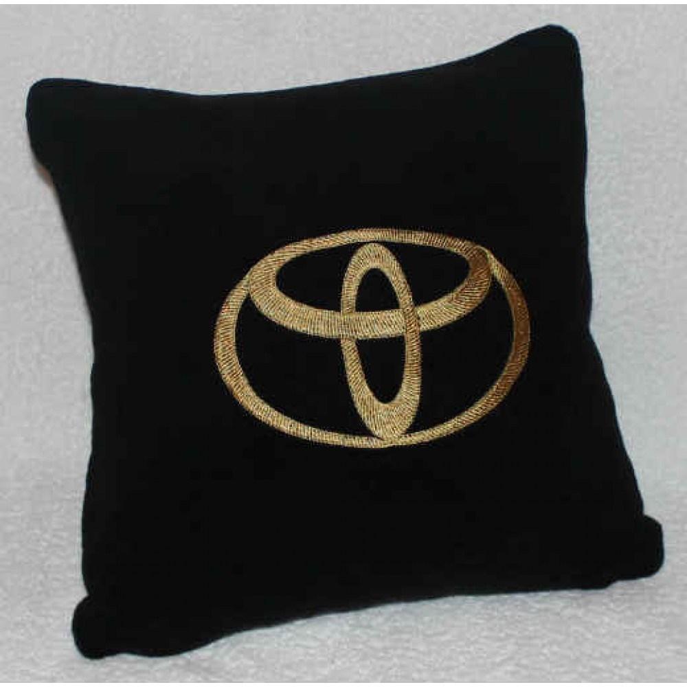 Черная с золотой вышивкой подушка Toyota