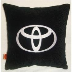 Черная с белой вышивкой подушка Toyota