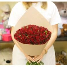 Букет из 101 красной розы сорта Кения в крафте