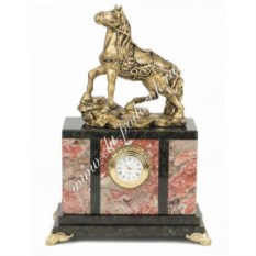Часы из креноида со статуэткой из мрамолита Конь