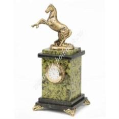 Часы из змеевика Вздыбленный конь